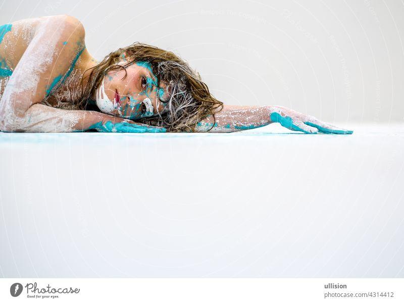 Porträt und Arm einer sexy jungen Frau in weiß und türkis Farbe gemalt dekorativ. Kreative expressive abstrakte Körper Malerei Kunst, Kopie Raum. Körpermalerei