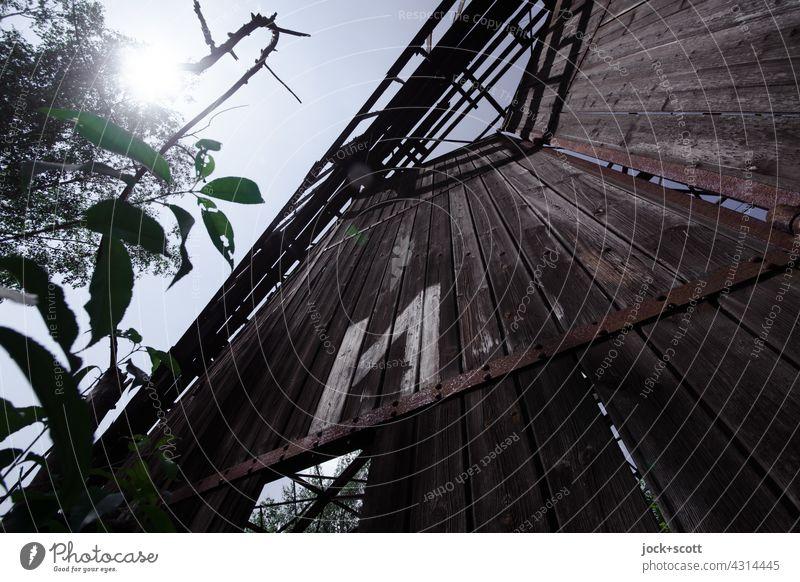 Lost Land Love | loses Portal mit kyrillischen Zeichen gegen die Sonne Hangar verfallen Holztor lost places Architektur Gebäude Halle Ruine Zahn der Zeit