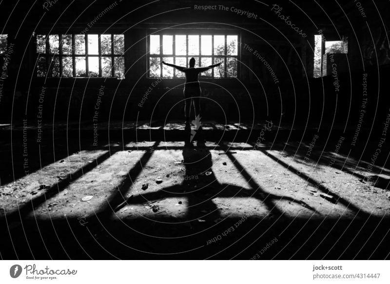 Lost Land Love | auch Engel werfen lange Schatten Fensterfront Gebäude Architektur Gegenlicht lost places Ruine Silhouette Frau Rückansicht Schattenspiel