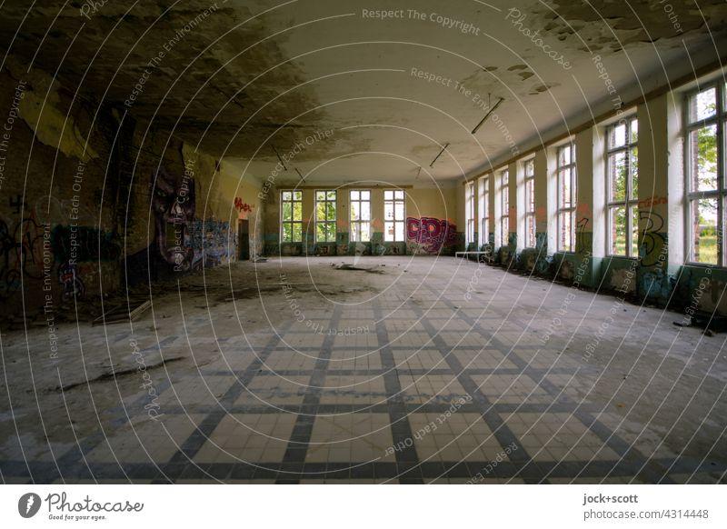 Lost Land Love l großer Saal mit skurriler Erscheinung Raum verfallen Fenster Symmetrie Gedeckte Farben Endzeitstimmung Architektur Wandel & Veränderung