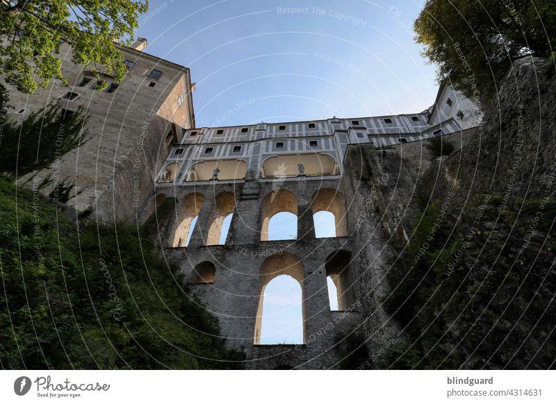Dauerhafte Baukunst ganz ohne studierte Architekten, Statiker und Ingenieure Schloss Burg Übergang Brücke Fassade Etagen historisch schön Krumau