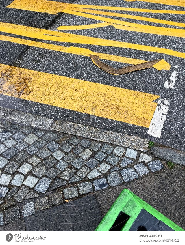 Der Zahn der Zeit nagt am Kleber. Markierung Straße Straßenverkehr Straßenbelag Straßenkreuzung Bürgersteig grün gelb grau Verkehrswege Asphalt Wege & Pfade