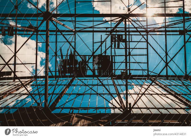 Lost Land Love | Zerbrechliche Stahlkonstruktion unter blauem Himmel Stahlträger Stahlkonstruktionen Konstruktion Architektur Eisen Metall Bauwerk Menschenleer