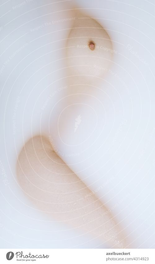 abstrakter Akt mit Frauenkörper im Milchbad Weiblicher Akt baden milchbad Badewanne nackt feminin Erotik Frauenbrust Brust Körper Haut liegen Beine