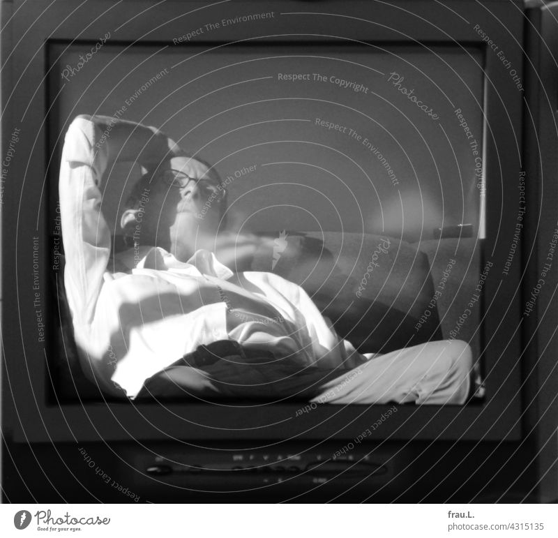 TV Mann Fernsehen Fernseher Mensch Sitzen liegen Spiegelung langweilen Langeweile Sofa