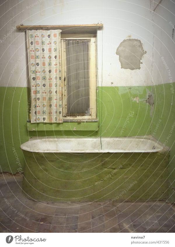 bäd Bad Bühne Menschenleer alt bauen Häusliches Leben Armut retro grün Reinlichkeit Sauberkeit Renovieren Altbau Vorhang Putz Badewanne mehrfarbig Innenaufnahme