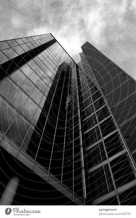 High Society Himmel weiß schwarz Architektur Hochhaus hoch bedrohlich