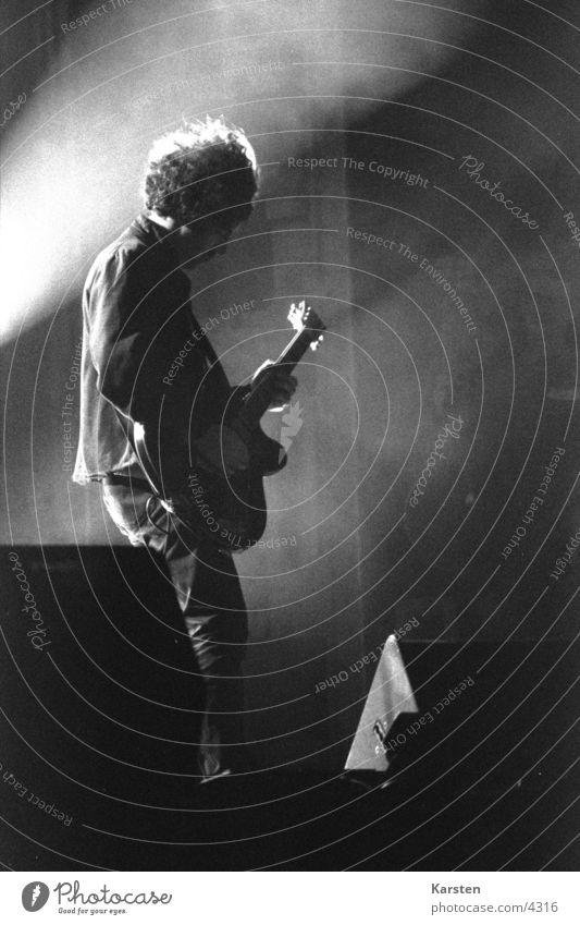 Gitarrist Licht Strahlung Gitarrenspieler Bühne Konzert Mensch Rockmusik Musik Schwarzweißfoto