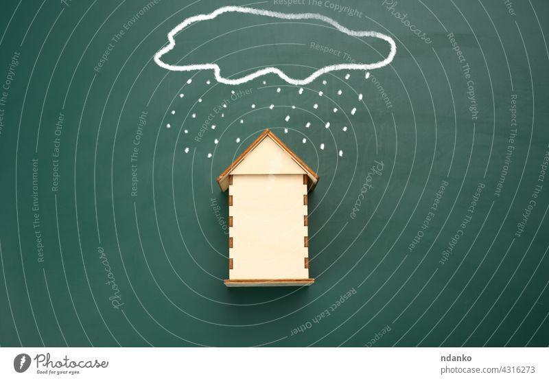ein Holzhaus und eine gezeichnete Wolke mit Regen mit weißer Kreide auf einer grünen Kreidetafel. Versicherung Haus heimwärts wirklich Anwesen Business