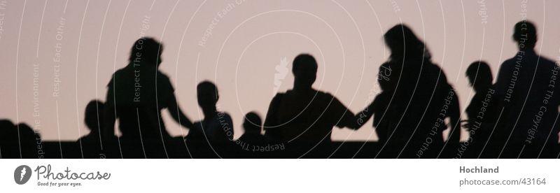 Auf der Brücke Menschengruppe Menschenansammlung Feier Party Event auf der Brücke Gegenlicht Schatten Silhouette Bewegung