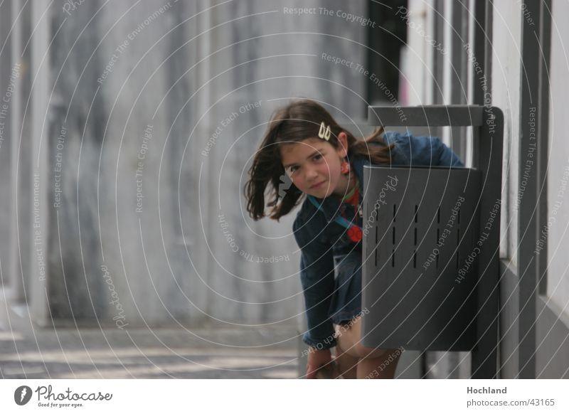 Demographische Entwicklung Kind Gesicht Überraschung Gasse Papierkorb Azoren Kinderportrait