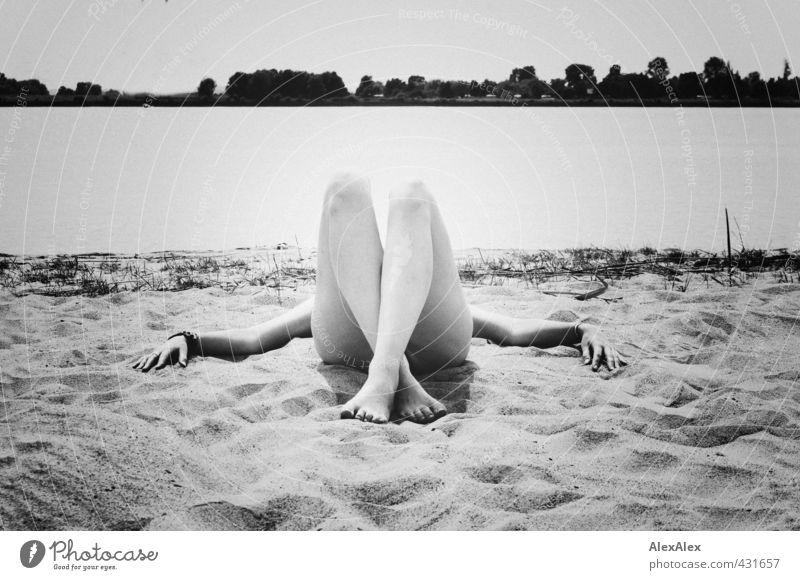 Sommer, Sonne, Sonnenschein! Ausflug Ferne Junge Frau Jugendliche Arme Hand Beine Fuß 18-30 Jahre Erwachsene Landschaft Schönes Wetter Flussufer Barfuß Sand