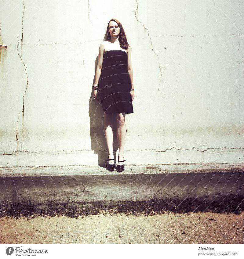 Aufrecht Sonne Sonnenbad Junge Frau Jugendliche Körper Beine 18-30 Jahre Erwachsene Landschaft Betonmauer Kleid Damenschuhe rothaarig langhaarig Sand stehen