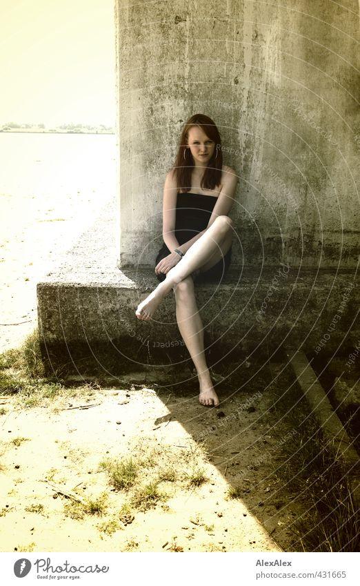 Schattenparkerin Jugendliche schön Erholung Landschaft Junge Frau Erwachsene 18-30 Jahre Beine Körper sitzen groß warten Schönes Wetter ästhetisch Schutz Kleid