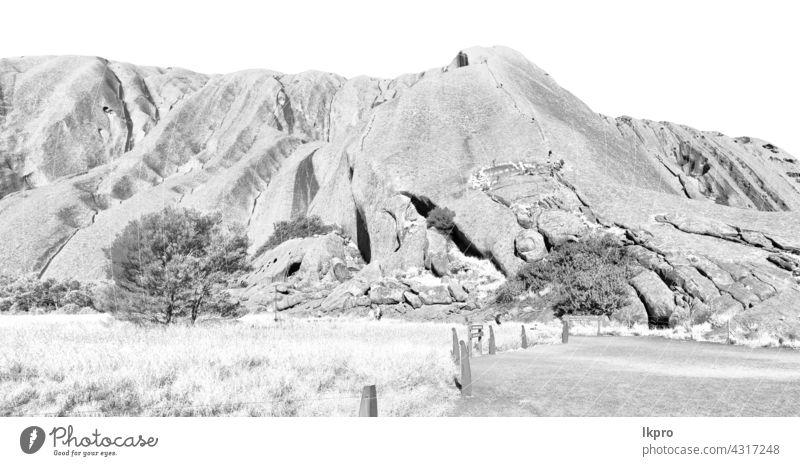 AUSTRALIEN,AYERS ROCK-CIRCA AUGUST 2017-unbekannte Personen, die auf dem heiligen Berg spazieren gehen Australien uluru Park national Felsen Landschaft rot
