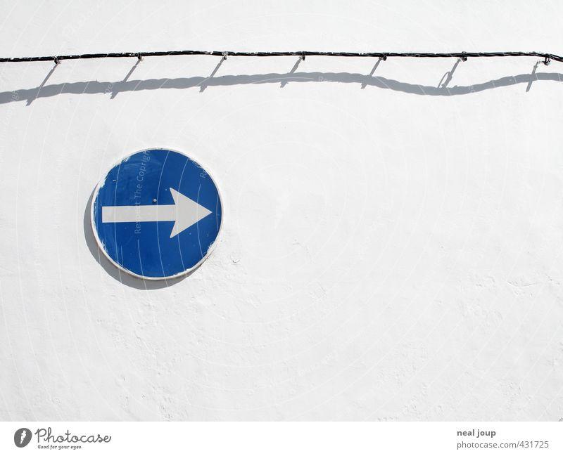 Clear direction Wand Portugal Menschenleer Mauer Kabel Verkehrszeichen Verkehrsschild Zeichen Hinweisschild Warnschild Pfeil hell rund blau weiß Toleranz