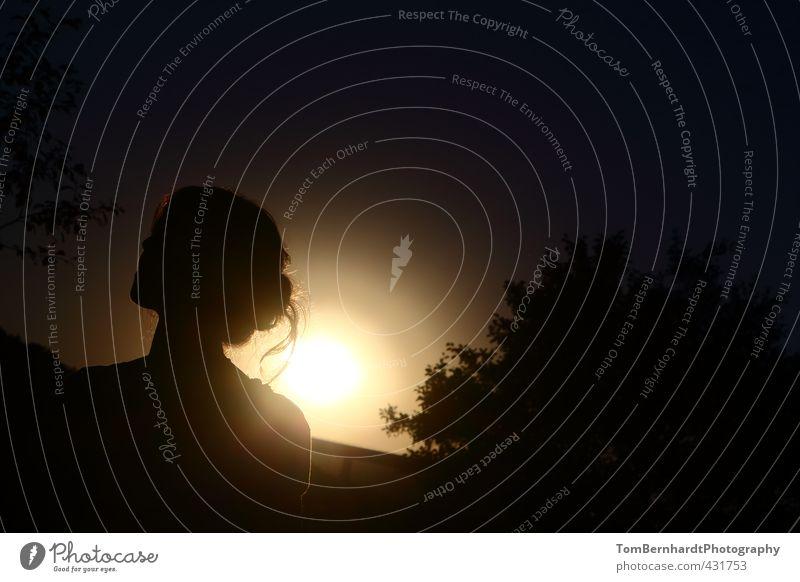 Am Ende des Tages... Mensch Frau Jugendliche Ferien & Urlaub & Reisen blau schön Sommer Sonne Erholung Junge Frau ruhig schwarz Ferne Erwachsene gelb
