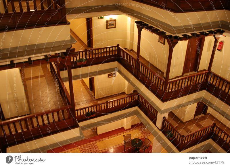 nightview gelb Stimmung Architektur Balkon Gang Nachtaufnahme Innenhof