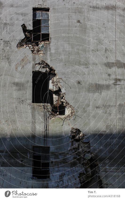 Drei Kaputte Fenster in einer Kaputten Industriefassade Fabrik Brandenburg Gebäude Industrieanlage Farbfoto Beton Menschenleer Bauwerk Außenaufnahme Architektur