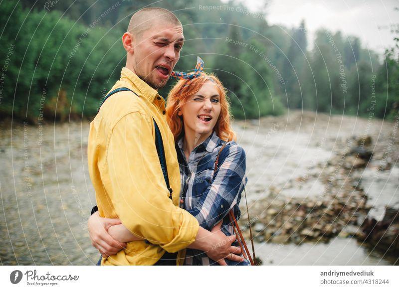 Playful glücklich gut aussehend Paar beim Spaziergang im Wald haben. Abenteuer in der Natur Konzept. Glück Kaukasier Wälder gutaussehend spielerisch Huckepack