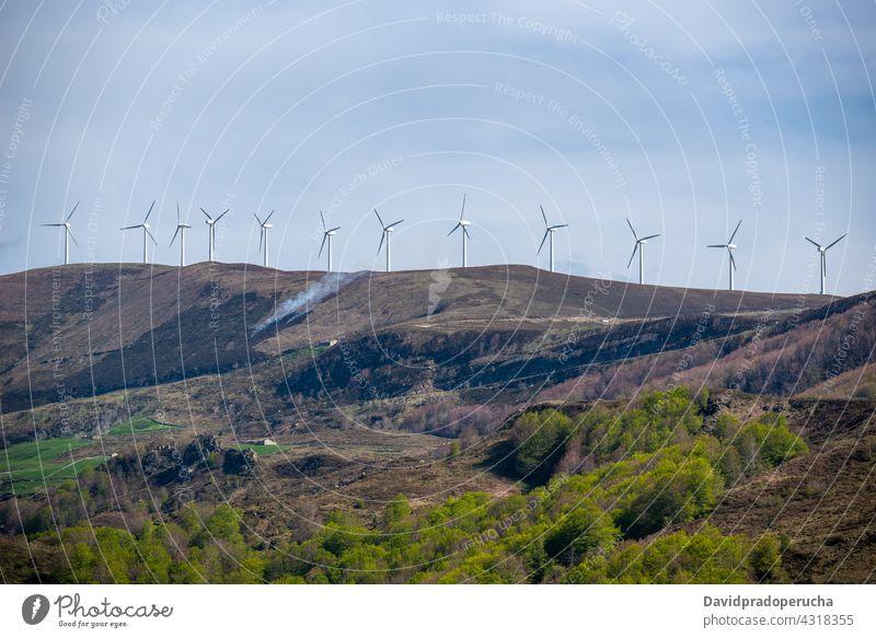 Windkraftanlage auf einem Hügel Windmühle Station alternativ Ressource Kraft drehen Turbine Erneuerung Energie Mast Propeller nachhaltig Quelle Einrichtung