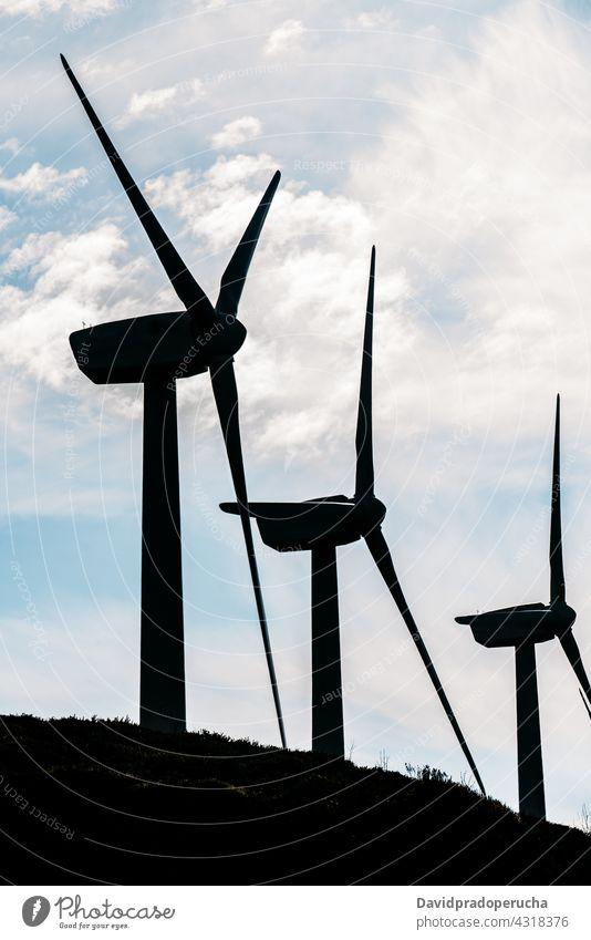 Windräder produzieren alternative Energie auf der grünen Wiese Windmühle Erneuerung Ökologie Erzeuger Ressource nachhaltig konservieren Kraft elektrisch Reihe