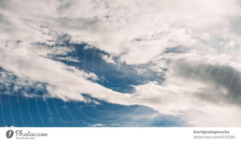 Flauschige weiße und graue Wolken schweben am blauen Himmel Cloud Air Umwelt Hintergrund hell friedlich Freiheit Himmel (Jenseits) übersichtlich wolkig Fussel