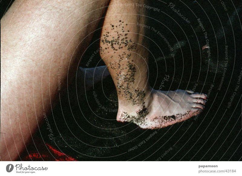 relax Lavastrand Oberschenkel braun Zehen Fußspur Mann Beine Sand Barfuß