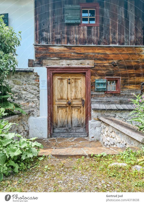 Holz-Eingangstür einer Almhütte Landschaft Natur Tür Türen und Fenster Wandern Haus alt Außenaufnahme Farbfoto Tourismus Ausflugsziel Holztür Steiermark