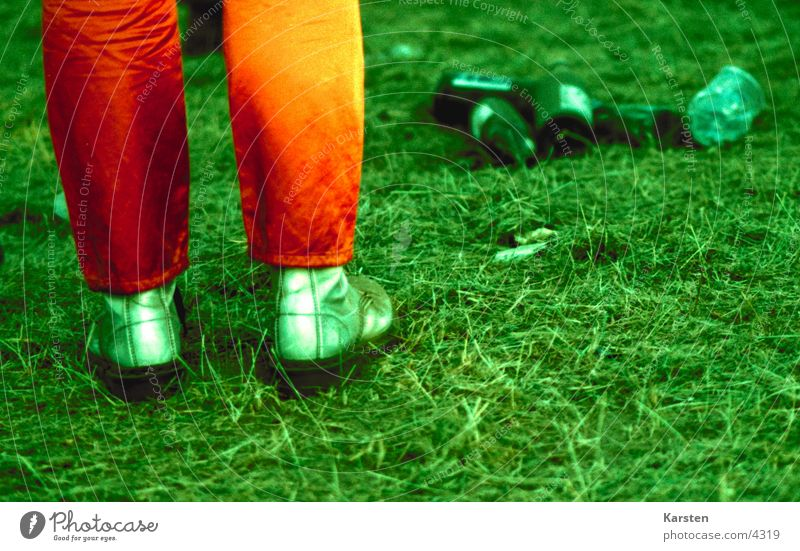Festwiese Schuhe Wiese Müll grün Mensch Fuß orange Musikfestival Feste & Feiern