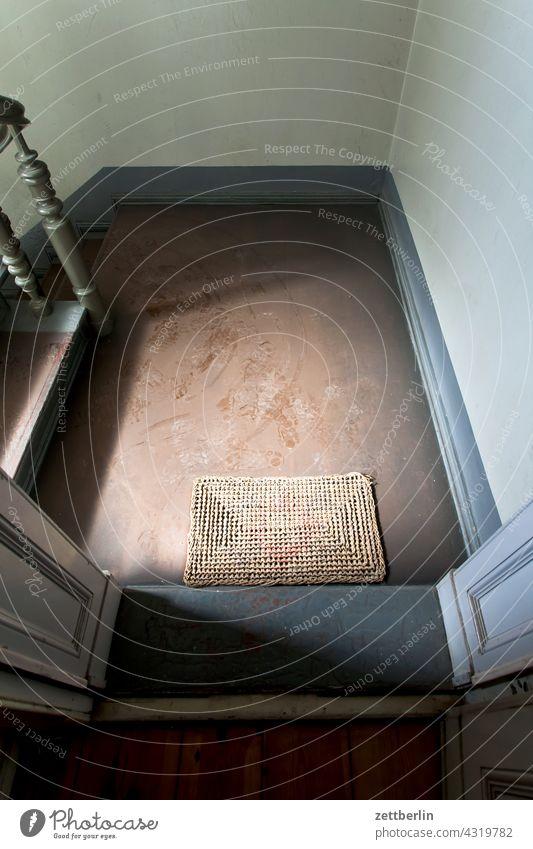 Fußabtreter und kein Besuch absatz abstieg abwärts altbau aufstieg aufwärts geländer haus mehrfamilienhaus menschenleer mietshaus stufe textfreiraum treppe