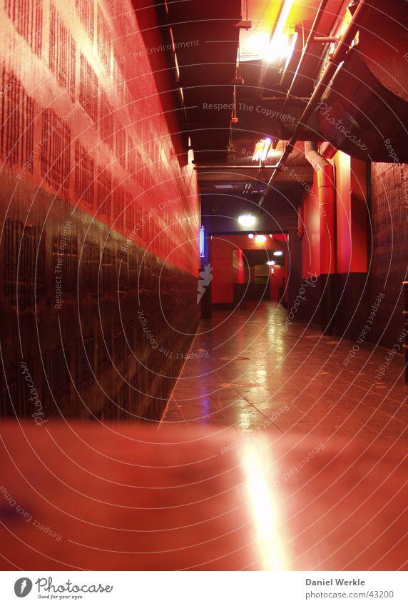 roter Untergrund Licht Flur Disco lang Architektur Gang