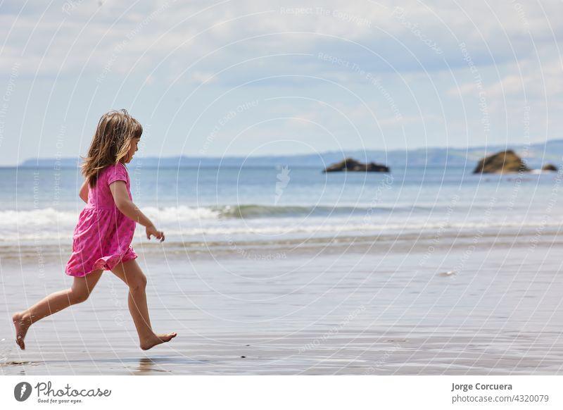 Mädchen läuft am Strand mit einem klaren Horizont und große Kopie Raum Sand Spielen bezaubernd Kleinkind Kind Sommer jung Kindheit MEER Person niedlich