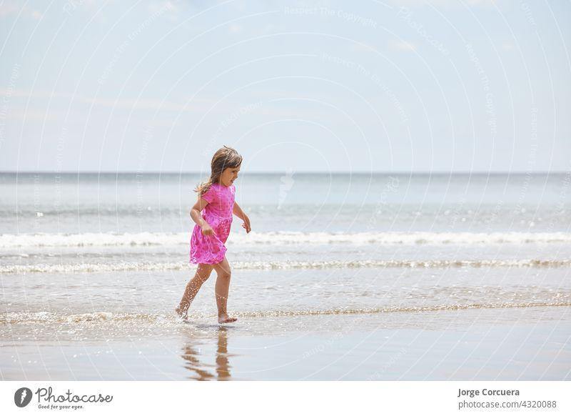 Adorable Kleinkind Mädchen spielen mit Strand auf weißem Sand Strand Spielen bezaubernd Kind Sommer jung Kindheit MEER Person niedlich Kaukasier Lifestyle