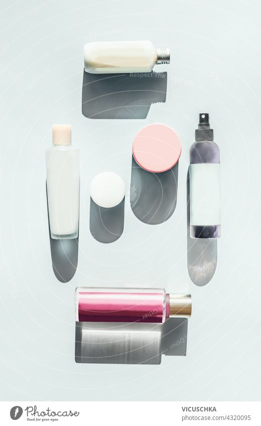 Set von Kosmetika für die Hautpflege. Viele kosmetische Produkte, Flaschen und Tiegel auf einem hellen Hintergrund im Sonnenlicht. Ansicht von oben. Schönheit flach legen. Mock up Branding