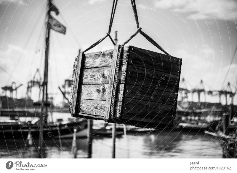 Schatzkiste geborgen Schatztruhe Kiste Truhe Holzkiste Holztruhe Versteck Reichtum geheimnisvoll Geheimnis Tag Außenaufnahme alt Hafen Hafenstadt Piratenschiff