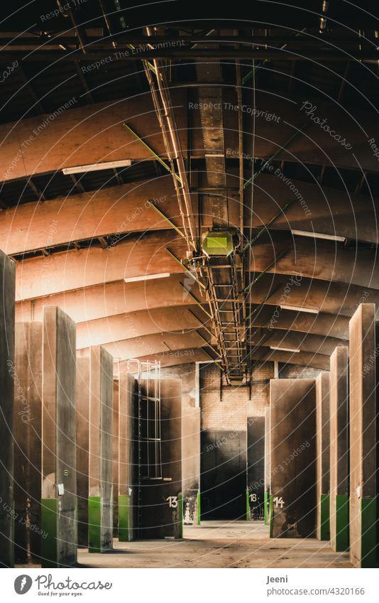 gezeichnet & gemalt   großer Getreidespeicher mit nummerierten Speicherplätzen Korn Halle Fabrik Unterteilung Nummer Zahl Zahlen Teilung Fabrikhalle Lager
