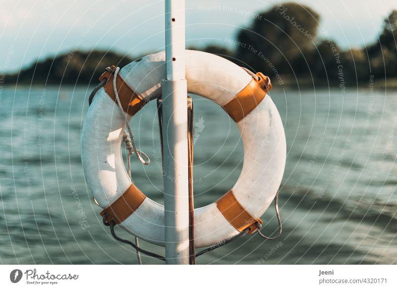 An einem See hängt ein Rettungsring für Erste Hilfe Wasser ertrinken Rettungsschwimmer Schwimmen & Baden schwimmen baden wasserrettung Sicherheit