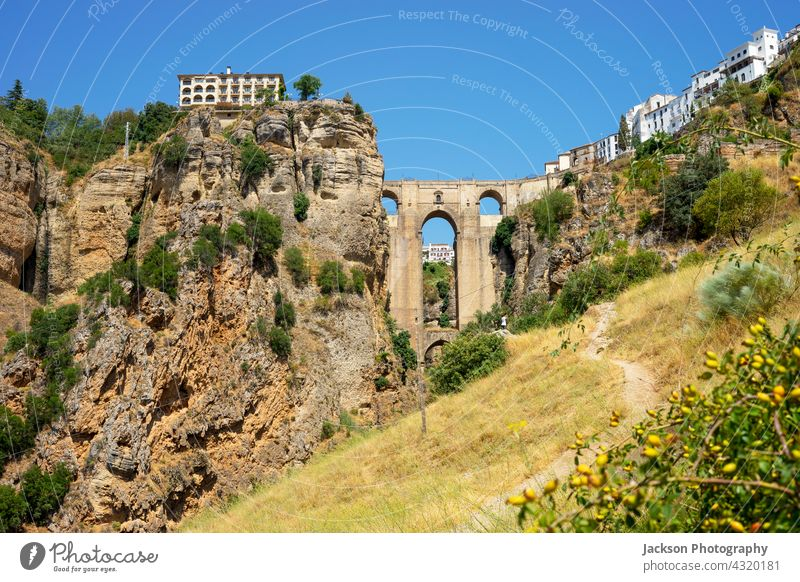 Schöne Aussicht auf die historische römische Brücke in Ronda, Spanien Andalusia Römer Sommer schön mittelalterlich Bögen sevilla Landschaft Stadtbild urban