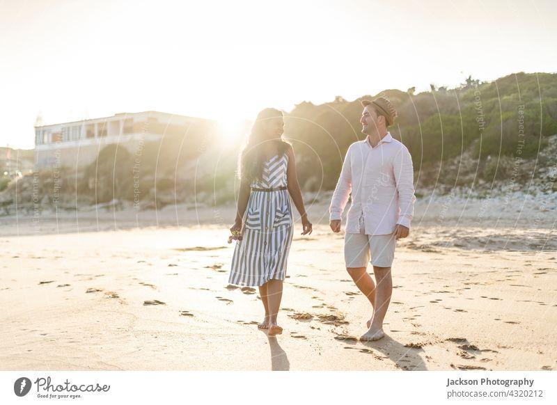 Junges Paar genießt die gemeinsame Zeit am Strand Menschen Spaß Liebe Natur Liebespaar Sommer Algarve Portugal Kuss Spaziergang Lächeln genießend aktiv