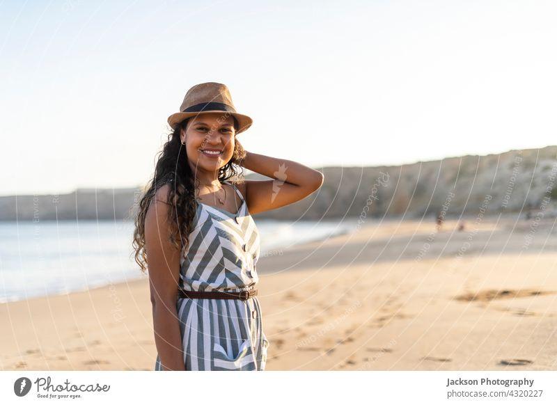 Porträt einer schönen jungen Frau am Strand bei Sonnenuntergang sonnig Sommer Algarve Portugal Brasilianer freudig Fröhlichkeit im Freien brünett hispanisch