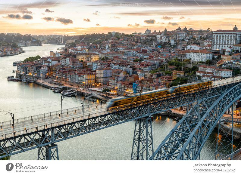 Skyline der historischen Stadt Porto mit Brücke bei Sonnenuntergang, Portugal Großstadt Ribeira Nacht Lichter beleuchtet Dämmerung Himmel Nachtzeit schön