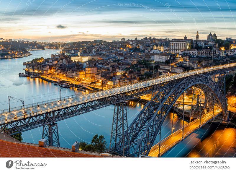 Skyline der historischen Stadt Porto mit der berühmten Brücke bei Nacht, Portugal Licht beleuchtet Architektur Anziehungskraft schön Boote Gebäude Großstadt