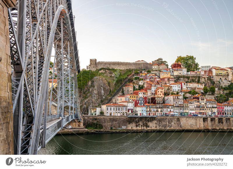 Stadtbild der historischen Stadt Porto mit der berühmten Brücke, Portugal Sonnenuntergang Skyline beleuchtet Architektur Anziehungskraft schön Boote Gebäude