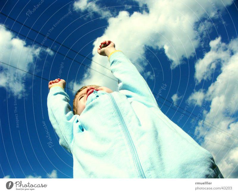 Wolkenkratzer Mensch Himmel Kind blau Leben Gefühle Glück Wohlgefühl Begeisterung Turnen spontan