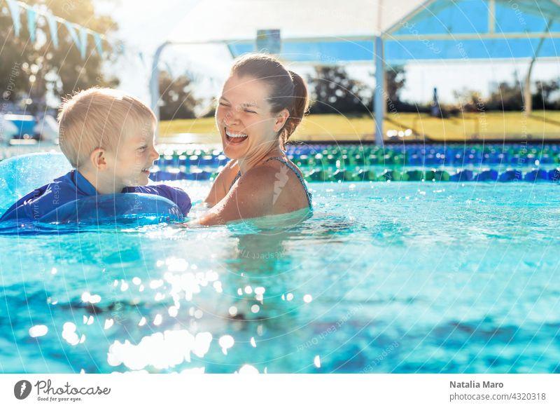 Mutter und Kind im Schwimmbad Pool Frau Junge Urlaub Tube schwimmen Wasser im Freien Sommer Glück blau Freude Lächeln nass Erholung spielen Freizeit sonnig Spaß