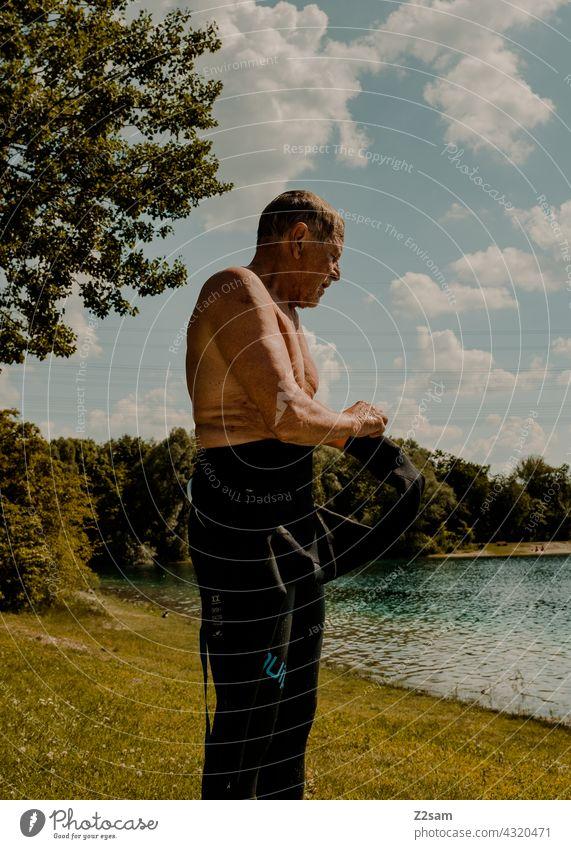 Triathlet am See Triathlon Schwimmende Sport Wassersport Athlet triathlet Wiese rasen badesee sehen Freiwasser Schwimmsport Natur Wärme Sommer blauerhimmel