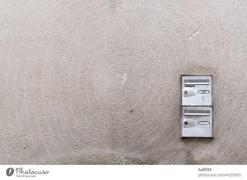 Briefkästen an der Wand Briefkasten Kasten Post Kommunizieren schreiben Briefumschlag Liebesbrief Postkarte