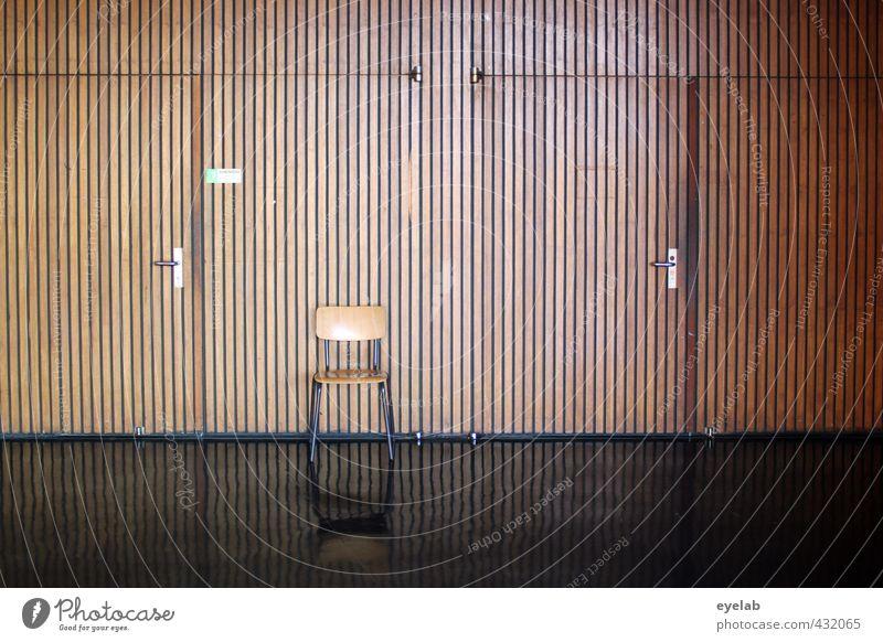 Stuhlgang lattenstramm 2.0 Stadt weiß Haus schwarz kalt Wand Mauer Architektur Gebäude Holz Lampe Schule braun Fassade Tür trist