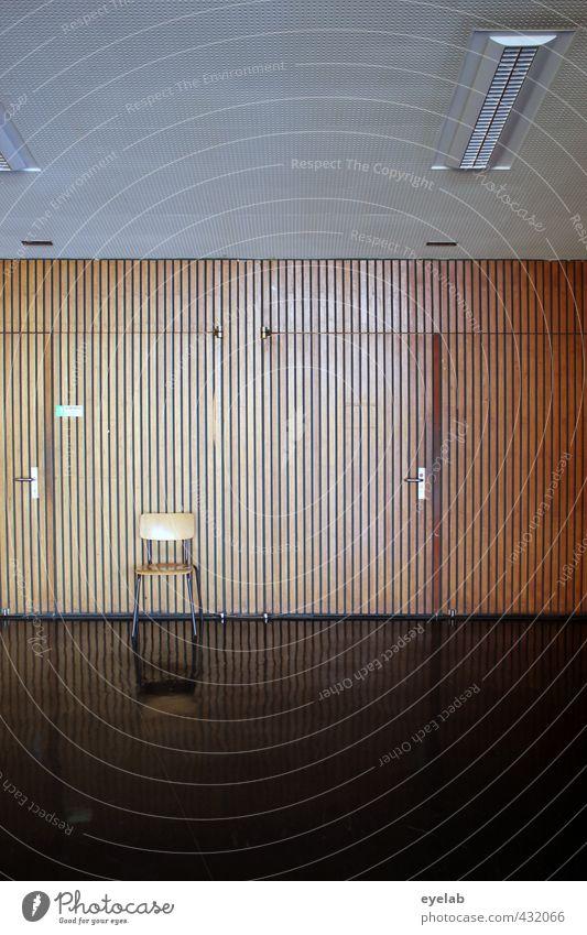 Stuhlgang lattenstramm Schule lernen Hörsaal Prüfung & Examen Arbeitsplatz Haus Bauwerk Gebäude Architektur Mauer Wand Fassade Tür Beton Holz Stahl kalt